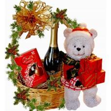 Мече с подаръци в Коледна кошница