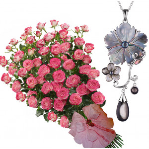 Geraldine # 9 - Bouquet of roses and Pinctada Necklace